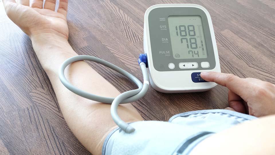 Hypertension artérielle : recommander le bon tensiomètre..